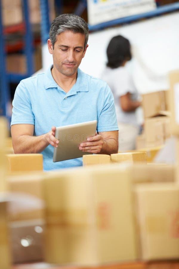 Trabalhadores no armazém que prepara bens para a expedição imagem de stock royalty free