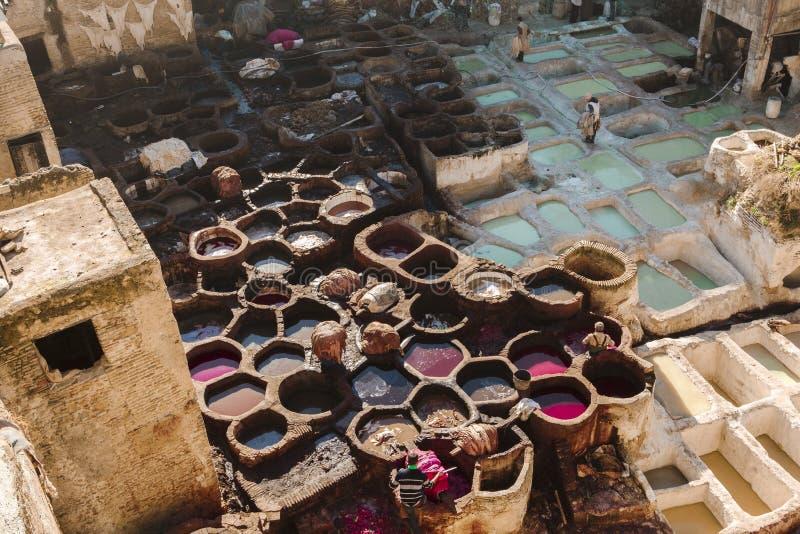 Trabalhadores no curtume do fez, Marrocos imagens de stock royalty free