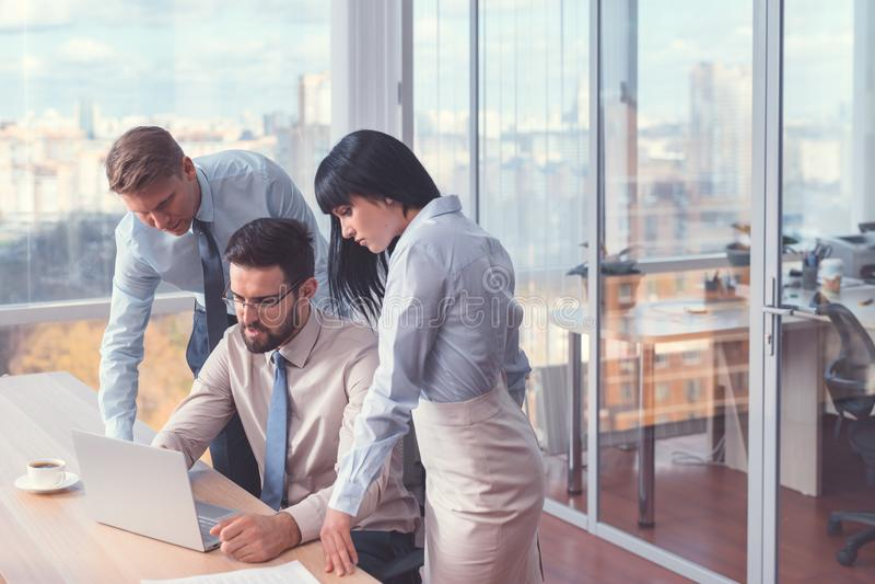 Trabalhadores no escritório imagens de stock royalty free