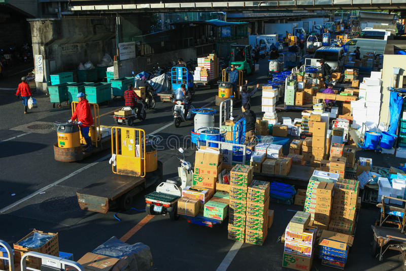 Trabalhadores no mercado de peixes famoso de Tsukiji fotos de stock