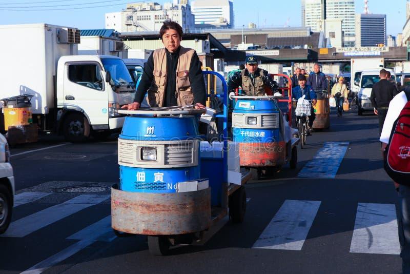 Trabalhadores no mercado de peixes famoso de Tsukiji imagem de stock royalty free