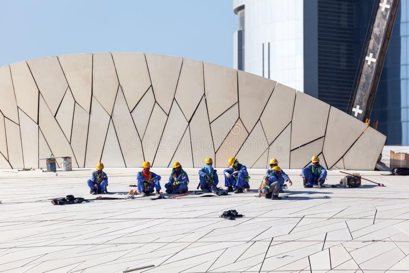 Trabalhadores no Museu Nacional de Catar, Doha foto de stock royalty free