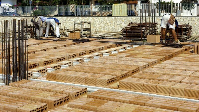 Trabalhadores no trabalho para a construção das barras de aço do reparo fotografia de stock
