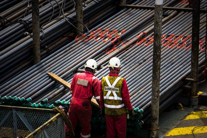 Trabalhadores a pouca distância do mar imagens de stock royalty free