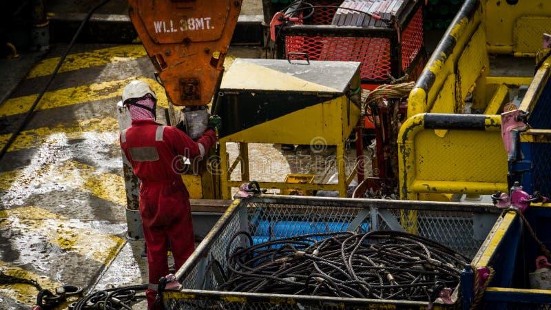 Trabalhadores a pouca distância do mar fotografia de stock royalty free