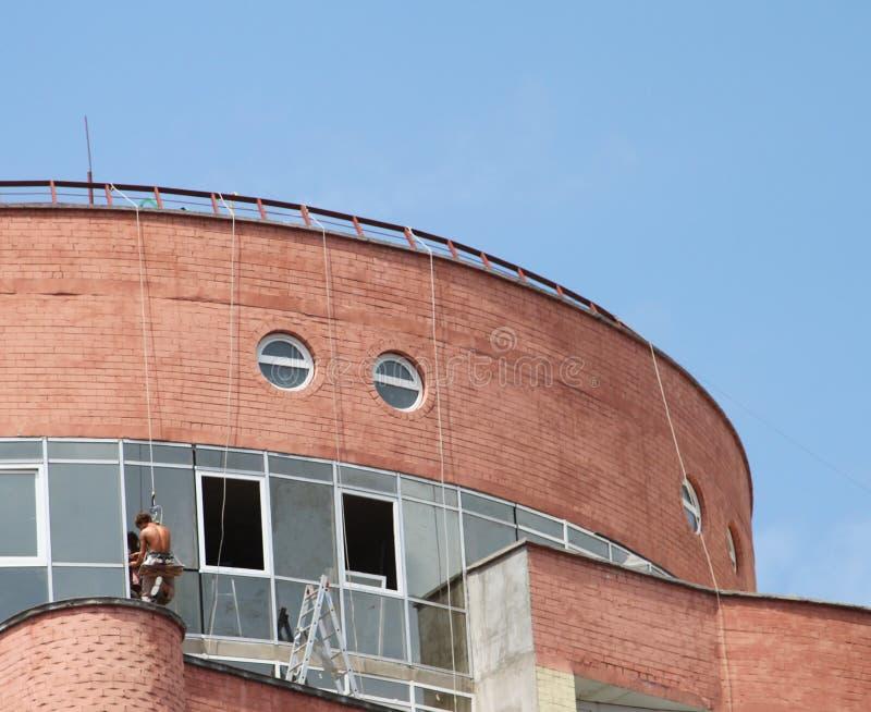 Trabalhadores que abseiling o edifício home imagem de stock royalty free