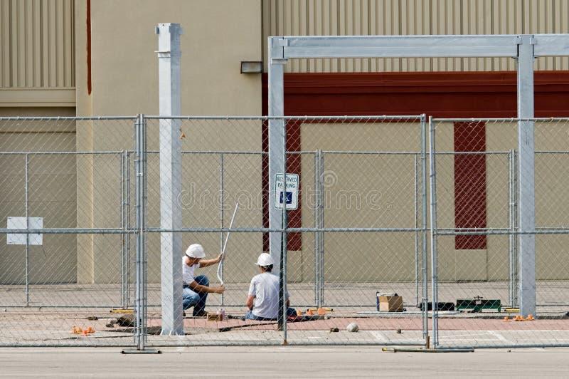 Trabalhadores que inspecionam a tubulação fotografia de stock