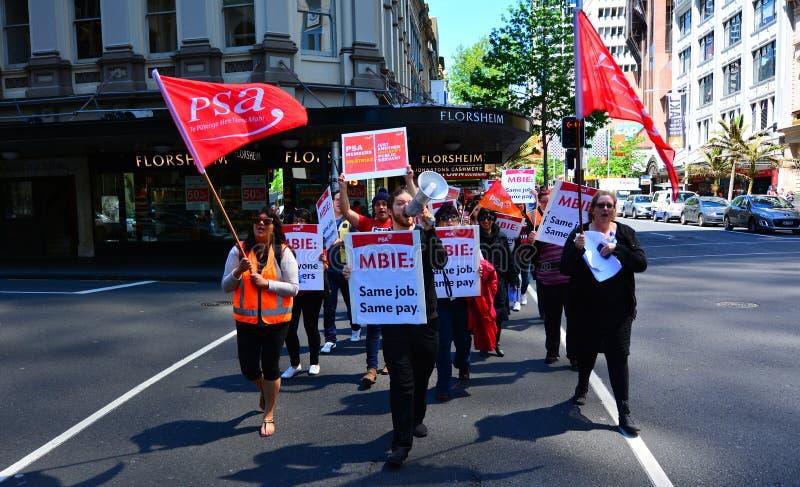 Trabalhadores que protestam para o pagamento igual para o trabalho igual em Auckland novo imagem de stock royalty free