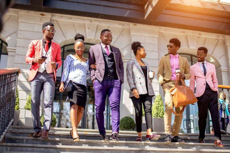 Trabalhadores que saem de seu local de trabalho com as expressões positivas foto de stock royalty free