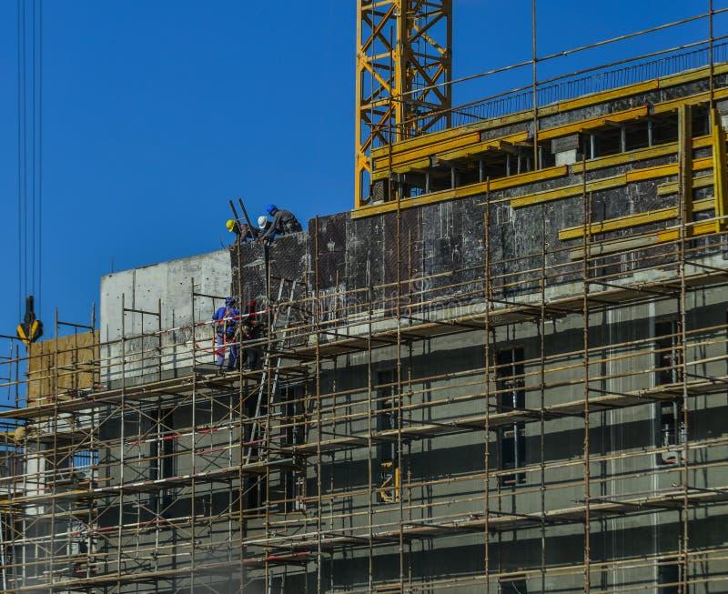 Trabalhadores que trabalham no canteiro de obras moderno fotos de stock