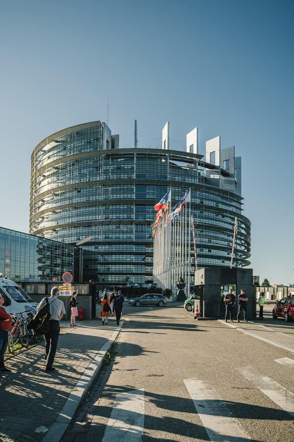 Trabalhadores que vão trabalhar no Parlamento Europeu de Strasbourg imagens de stock royalty free