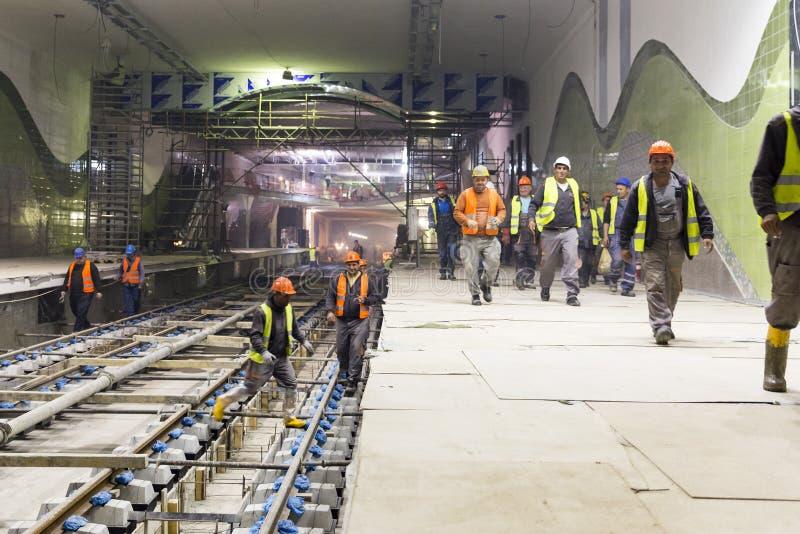 Trabalhadores subterrâneos do túnel do metro fotos de stock