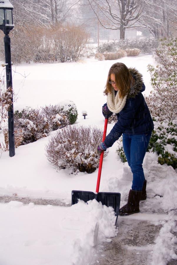 Trabalhando com pá a neve apenas que obtém começada fotografia de stock