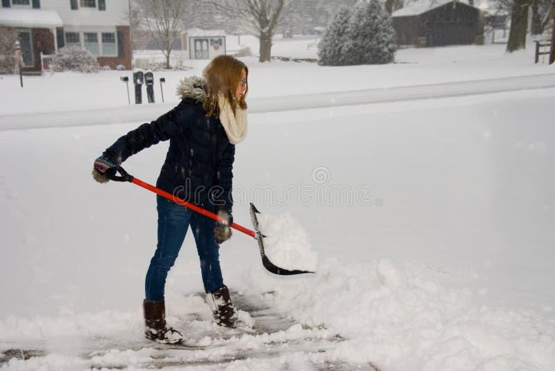 Trabalhando com pá a neve pronta para jogar fotografia de stock royalty free