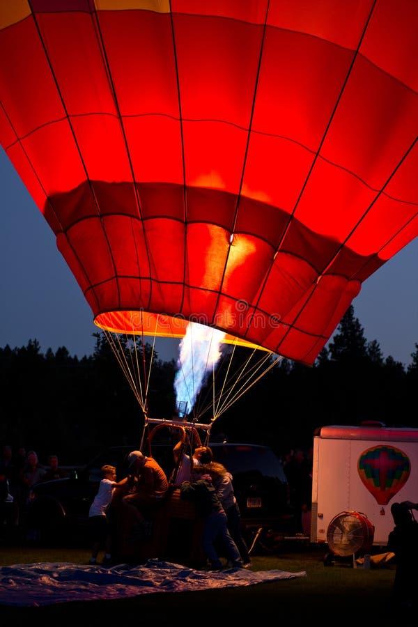 Trabalhando o balão de ar quente na noite imagem de stock
