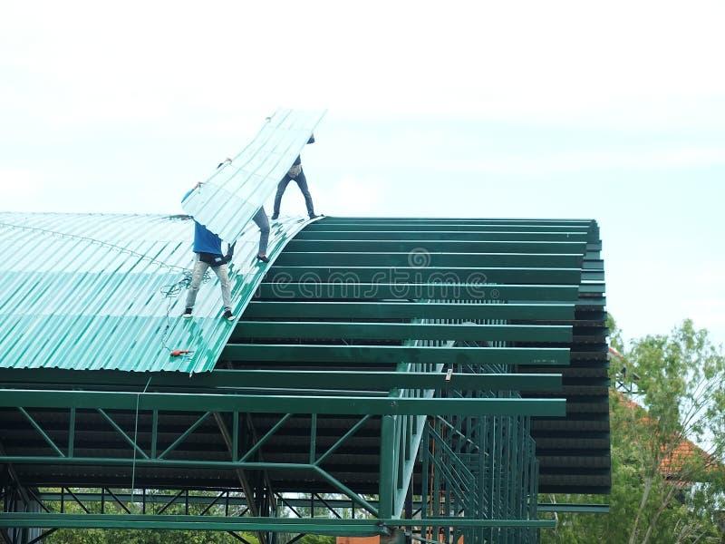 Trabalho altamente perigoso da instala??o do telhado foto de stock royalty free