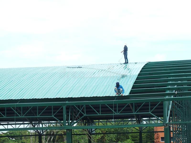 Trabalho altamente perigoso da instala??o do telhado imagens de stock royalty free