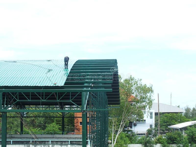 Trabalho altamente perigoso da instala??o do telhado fotos de stock