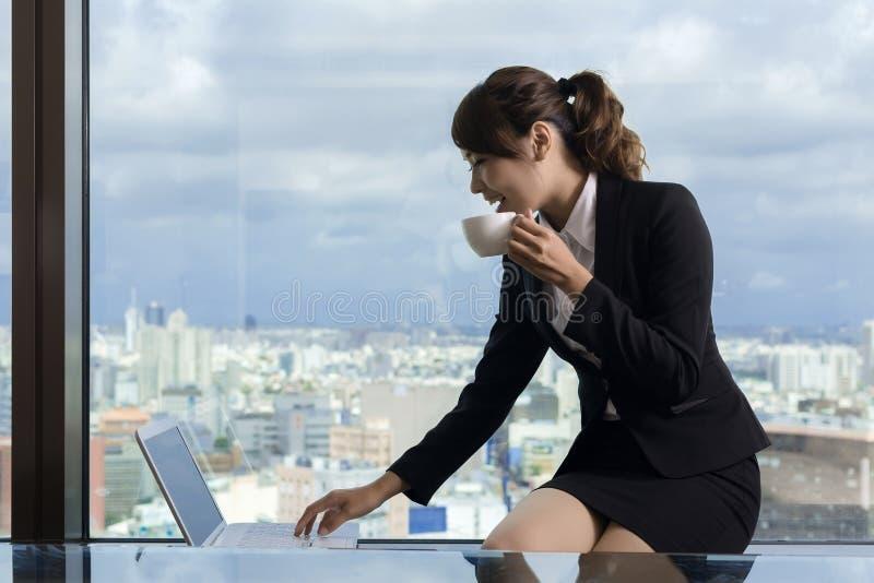 Trabalho asiático da mulher de negócio foto de stock royalty free