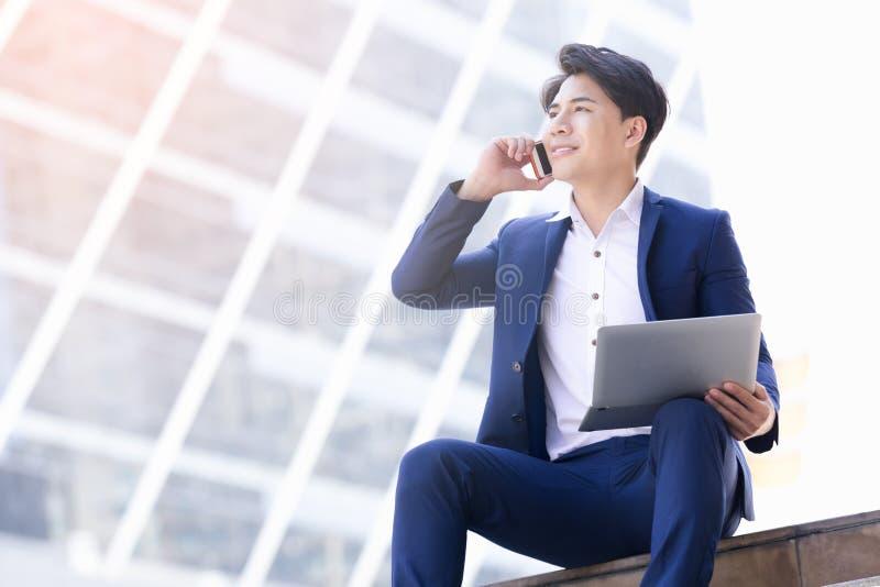 Trabalho asiático do homem de negócios imagens de stock