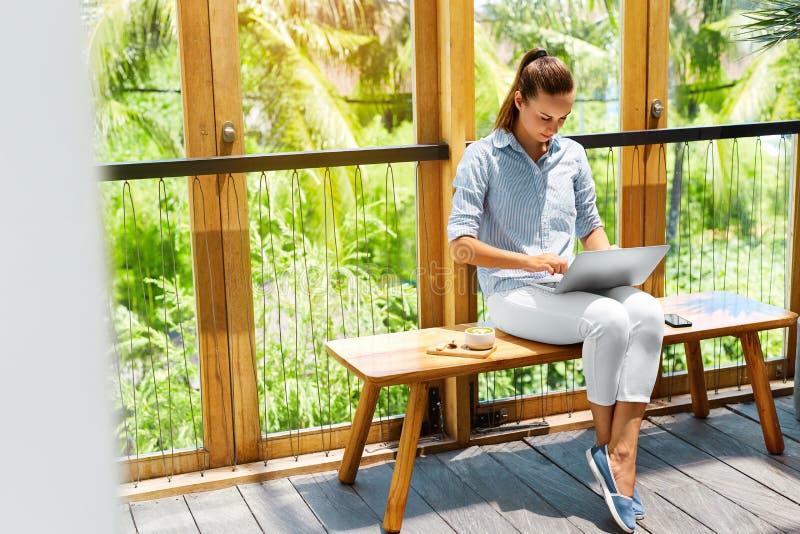 Trabalho autônomo Mulher do Freelancer que trabalha no laptop Negócios foto de stock royalty free