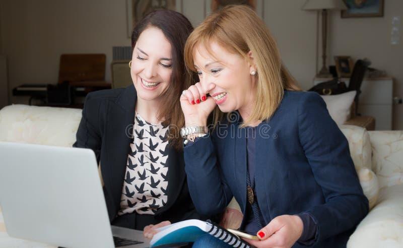 Trabalho bem sucedido de duas mulheres de negócio fotos de stock royalty free