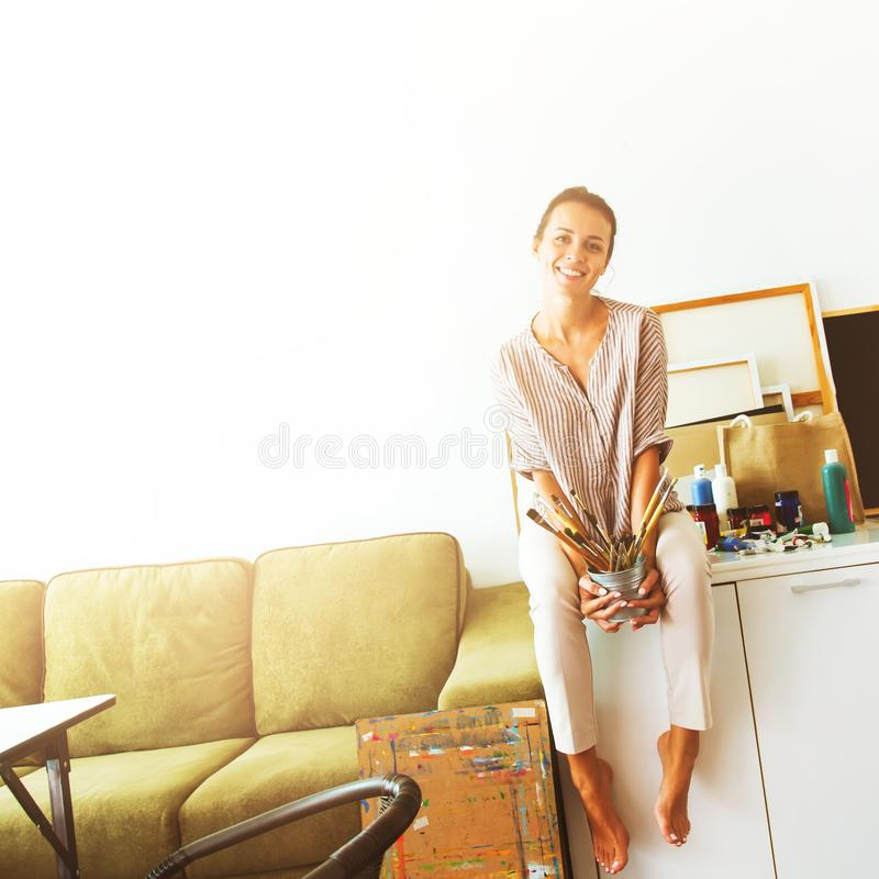 Trabalho bonito novo da mulher do escritório domiciliário fotografia de stock royalty free