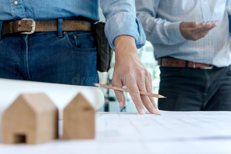 trabalho com equipamento do arquiteto e modelo de madeira da casa fotografia de stock
