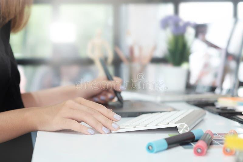 Trabalho criativo da mulher do projeto gráfico na tabela com pena do rato foto de stock