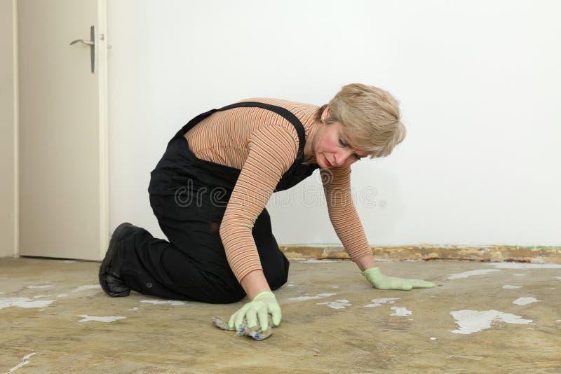 Trabalho da casa, assoalho da limpeza da mulher imagem de stock