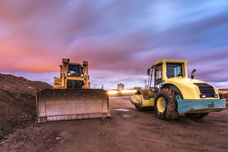 Trabalho da consolidação da estrada rural, será asfaltado mais tarde imagens de stock