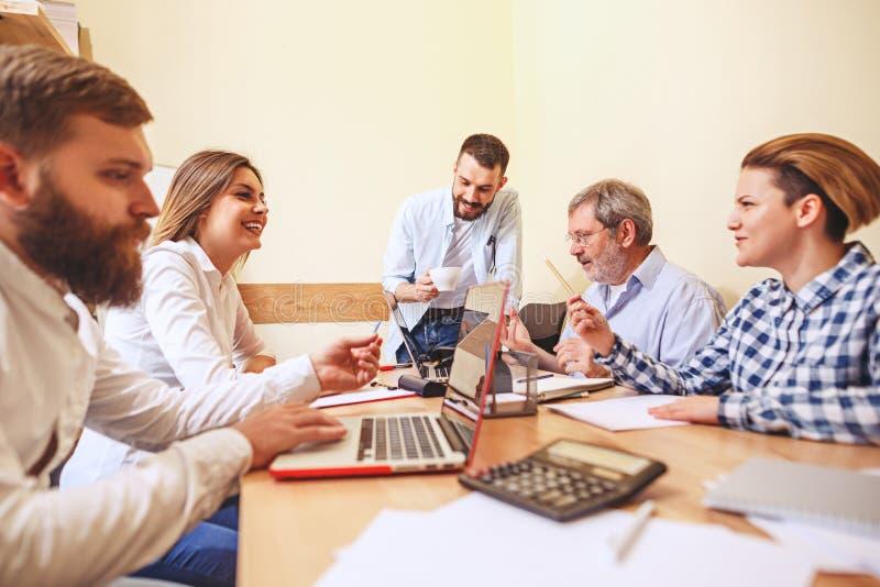 Trabalho da equipe Businessmans novos da foto que trabalham com projeto novo no escritório fotos de stock