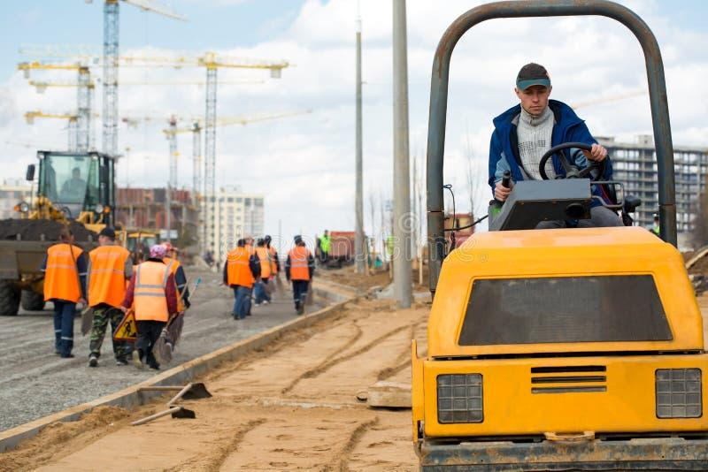 Trabalho da equipe durante a construção de estradas imagens de stock