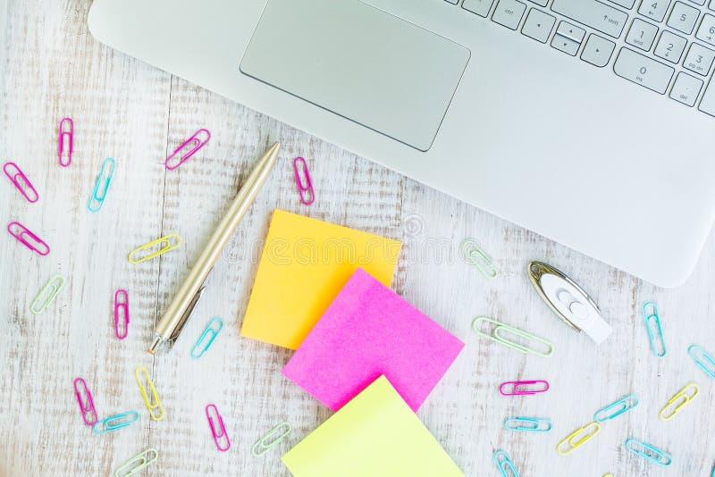 Trabalho da mesa home com notas do laptop e de post-it fotos de stock royalty free