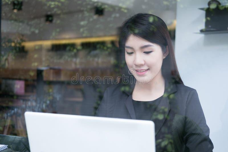 Trabalho da mulher de negócios com o portátil no escritório uso co da pessoa do negócio fotos de stock