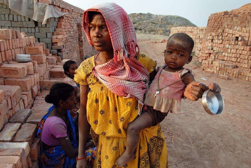 Trabalho da mulher no Brick-field indiano foto de stock
