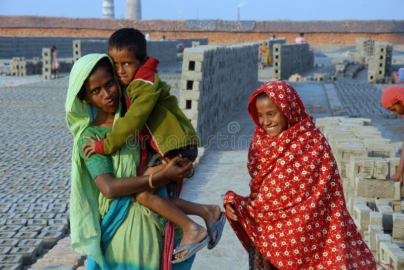 Trabalho da mulher no Tijolo-campo indiano imagem de stock