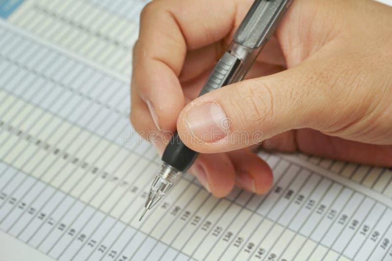 Trabalho da preparação da extrusão do lápis do assistente no papel foto de stock