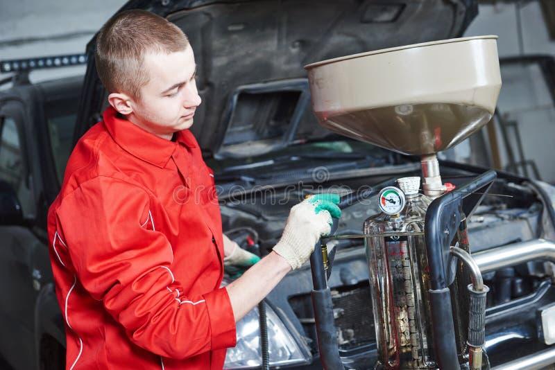 Trabalho da substituição do óleo do carro do automóvel fotografia de stock