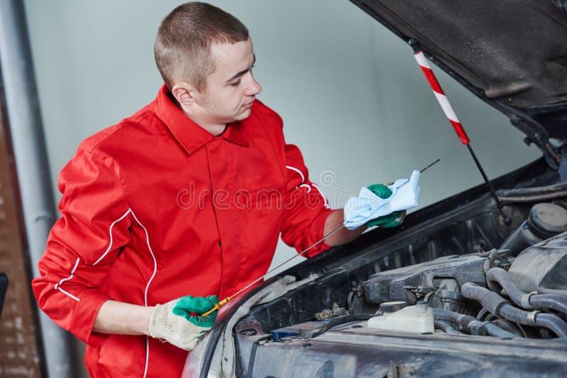 Trabalho da substituição do óleo do carro do automóvel imagem de stock
