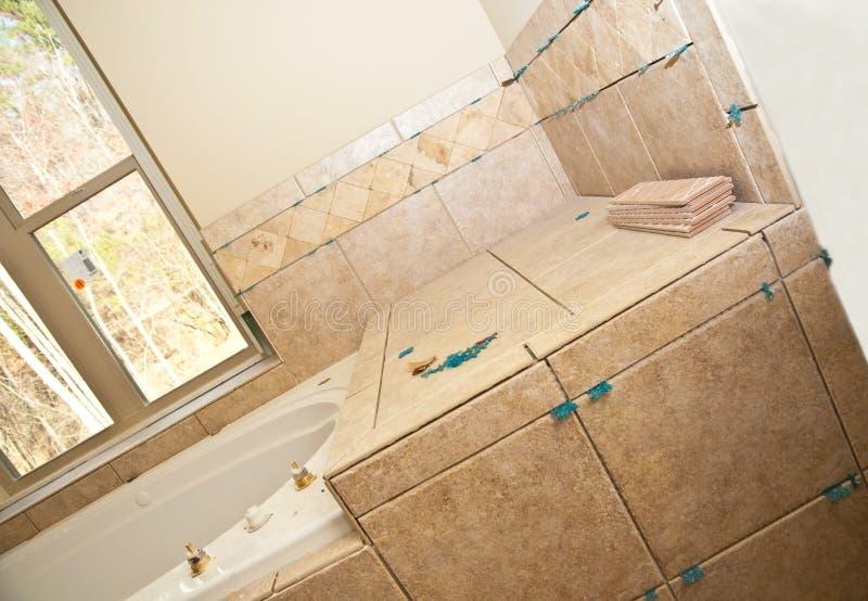 Trabalho da telha no banho novo imagem de stock royalty free