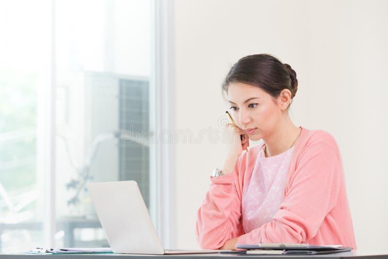 Trabalho de assento da mulher de negócios atrativa fotos de stock
