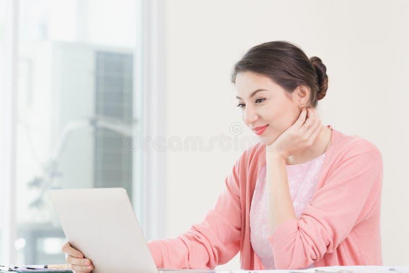 Trabalho de assento da mulher de negócios atrativa fotos de stock royalty free
