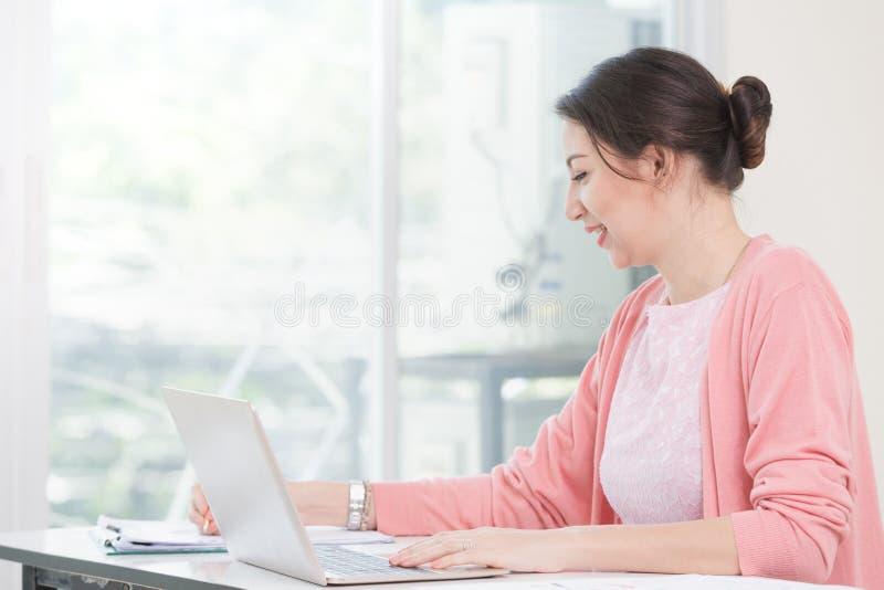 Trabalho de assento da mulher de negócios atrativa imagens de stock royalty free