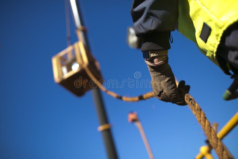 Trabalho de começo do risco elevado do trabalhador do rigger do acesso da corda que veste a luva resistente que guarda uma linha  imagem de stock royalty free