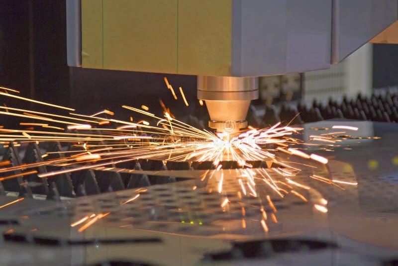 Trabalho de corte da máquina do corte da chapa metálica do laser fotos de stock royalty free