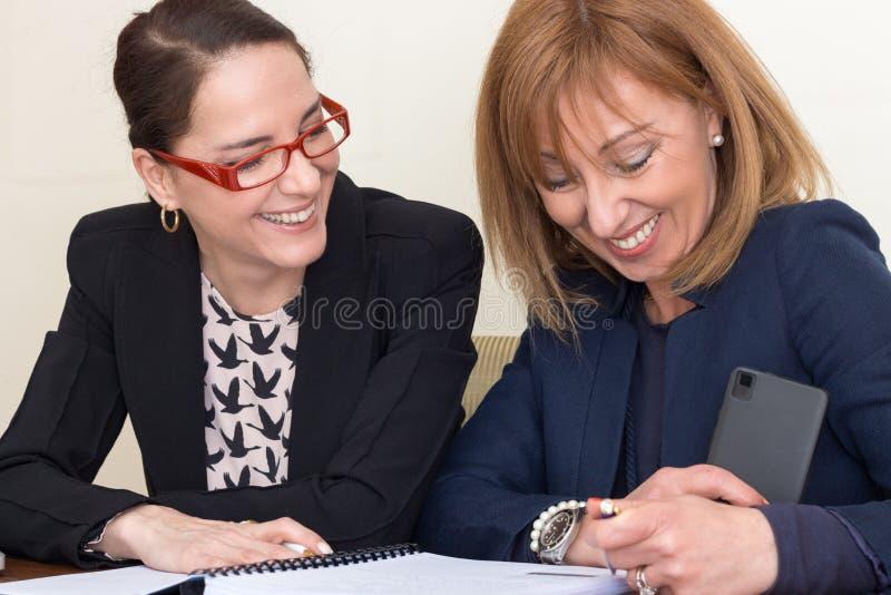 Trabalho de duas mulheres de negócio fotografia de stock royalty free