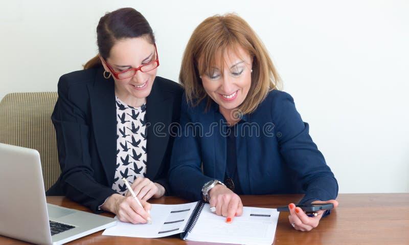 Trabalho de duas mulheres de negócio foto de stock royalty free