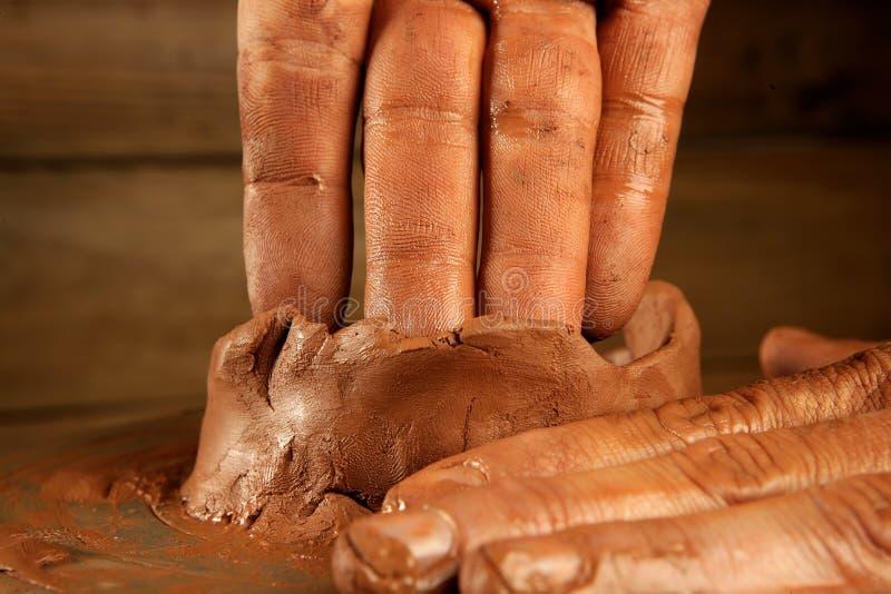 Trabalho de mãos da cerâmica da argila do craftmanship da cerâmica fotografia de stock royalty free