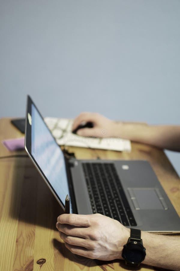 Trabalho de mãos do homem com portátil foto de stock
